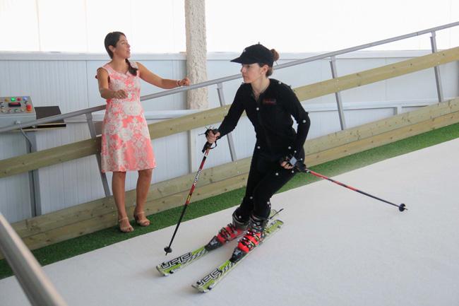 La esquiadora Carolina Ruiz explica el funcionamiento del simulador.