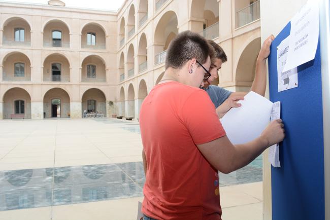 Estudiantes comprobando su matriculación en la UPCT.