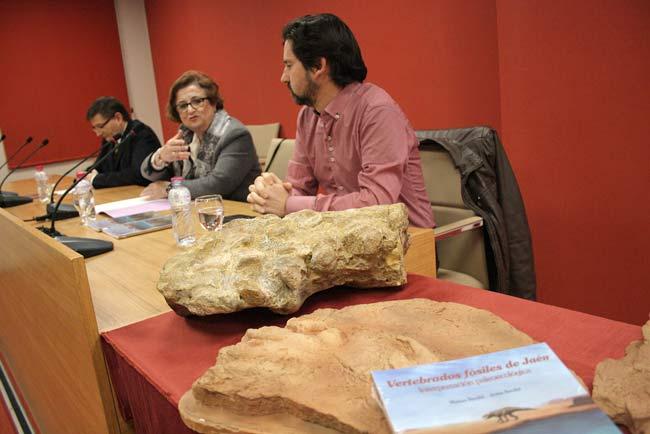 Matías Reolid mostró varios fósiles.