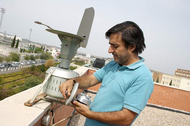 Luis Ruiz Valenzuela recoge muestras de polen de olivo en la estación de monitoreo de la universidad de jaén