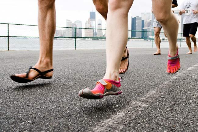 Correr descalzo o barefoot running potencia el patrón natural de la pisada, con un apoyo mayor con el metatarso.