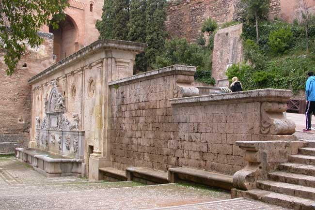 Fuente de Carlos V en el entorno de la Alhambra.