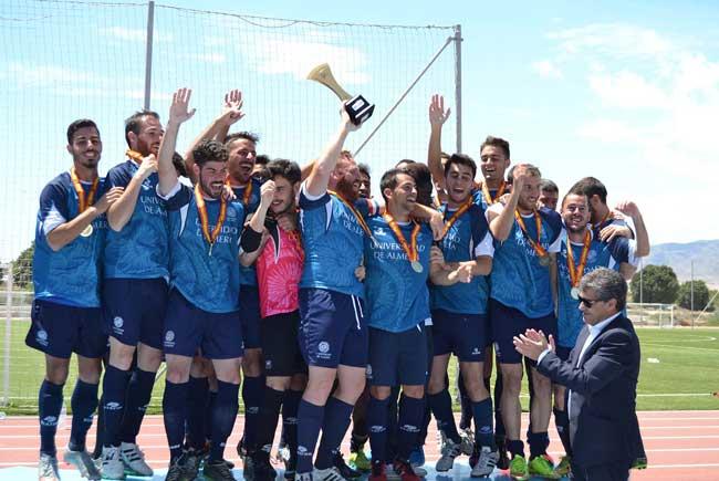 El rector de la UAL, Carmelo Rodríguez, entregó el trofeo a los ganadores.