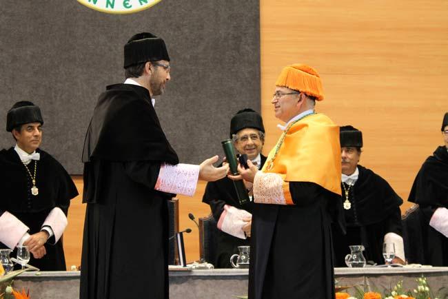 El actual rector ha entregado la Medalla de Oro a Manuel Parras.