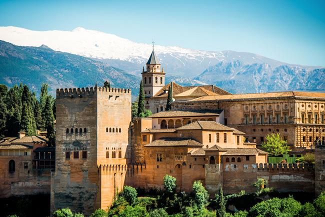 La Alhambra es el castillo de tierra más señero.