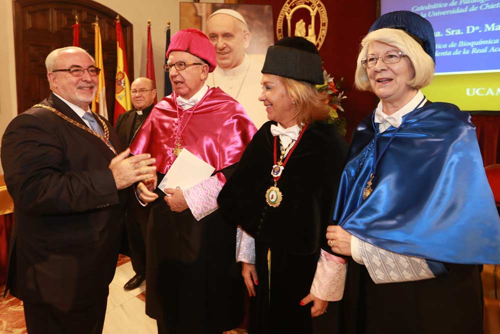 El presidente y la rectora de la UCAM con los nuevos honoris causa.