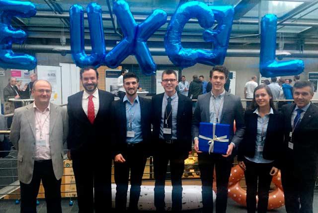 Representantes de Mahoo con el premio logrado en EU XCEL.