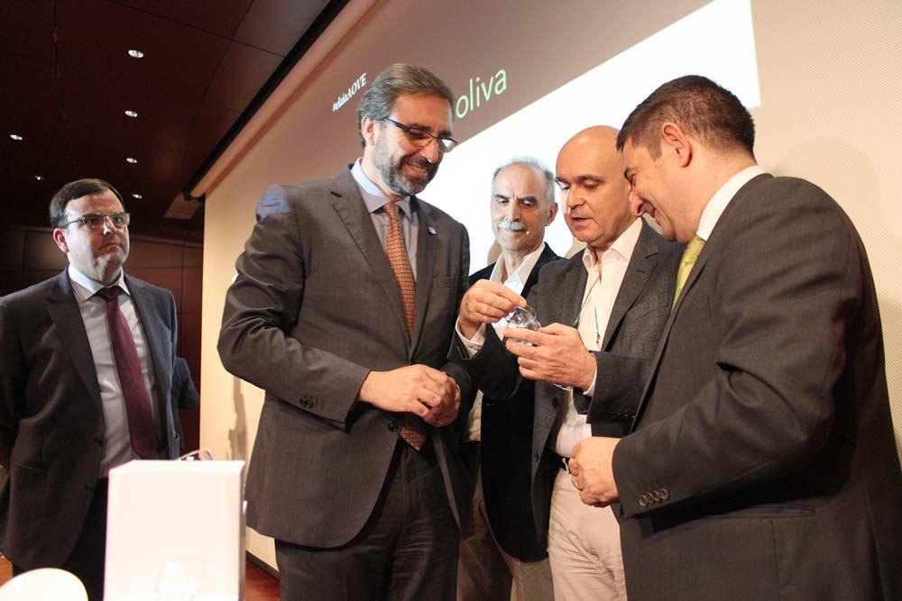 El rector y José Juan Gaforio muestran los productos para la cata de aceite.