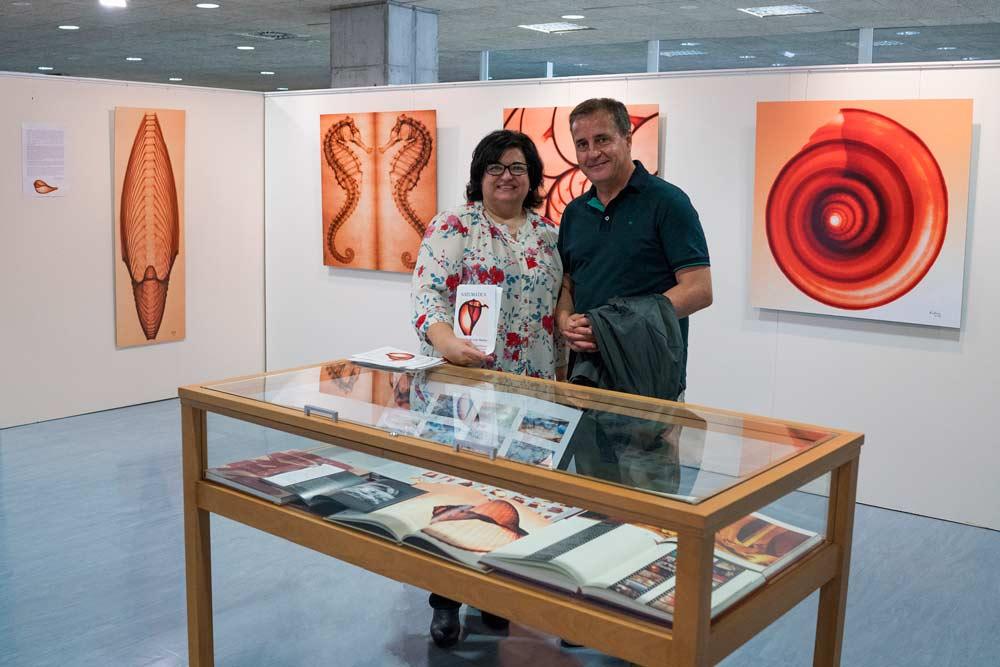 Luis Marino y la comisaria de la exposición.