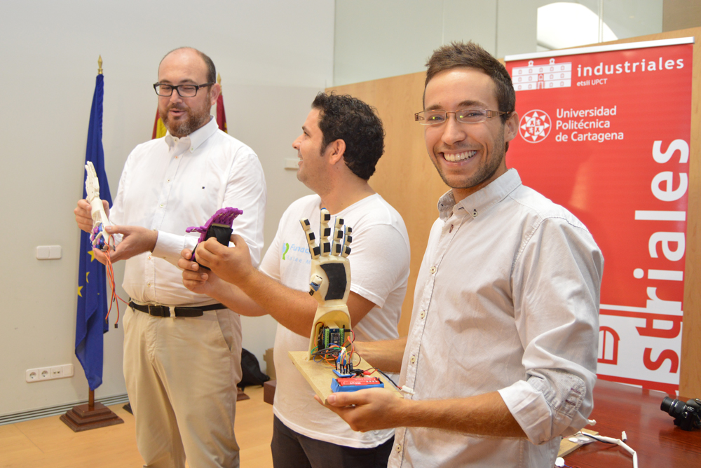 El director del TFG, el presidente de la Fundación RafaPuede y el creador de las manos biónicas.