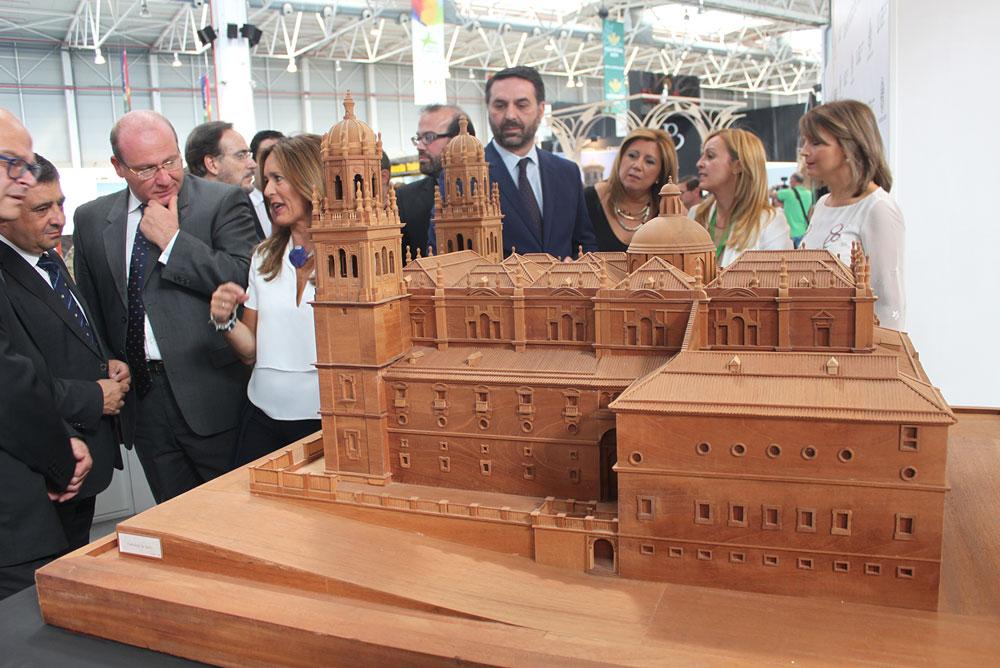 El consejero de Turismo, Francisco Javier Fernández, visitó el stand de la UJA en Tierra Adentro.