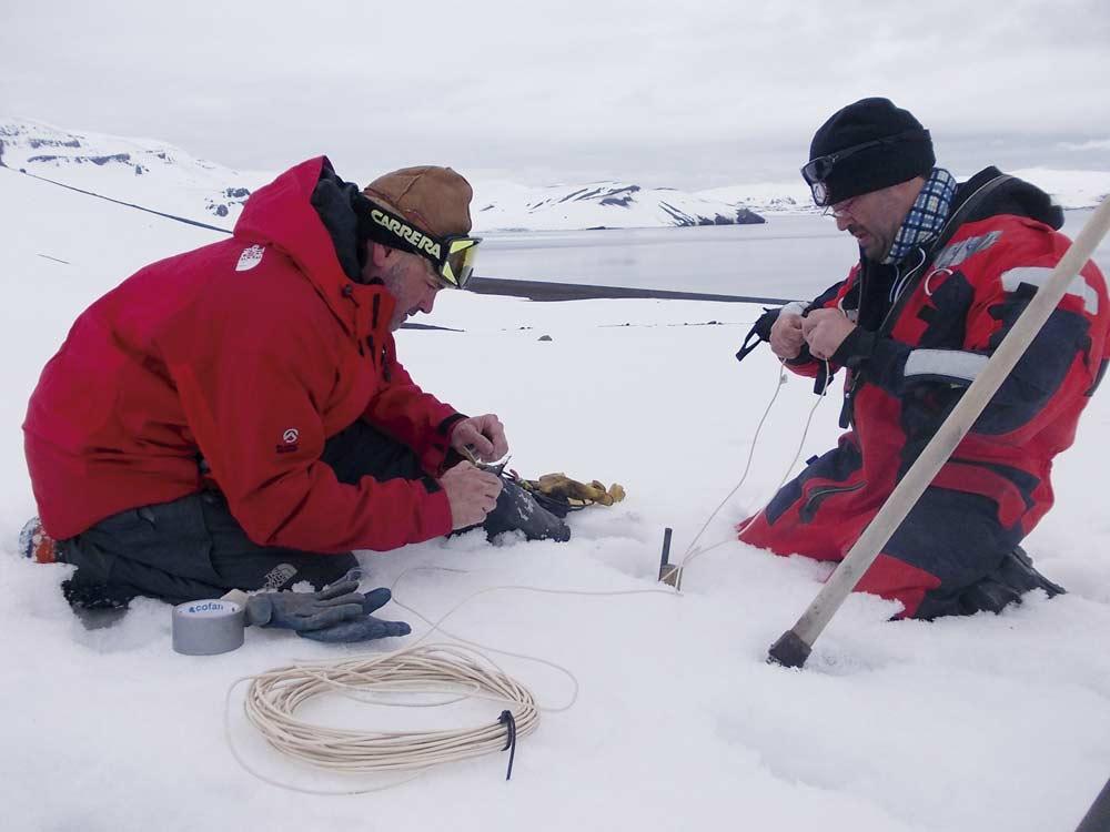 Investigadores de la UGR colocan sensores para medir la actividad sísmica y volcánica.