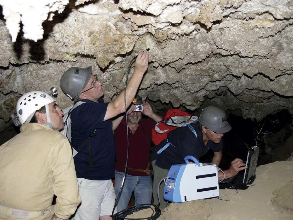 Prueba del RAMAN en las cuevas de Sorbas.