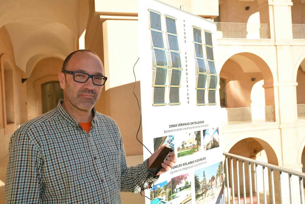 José Antonio Villarejo muestra el diseño de toldos fotovoltaicos.