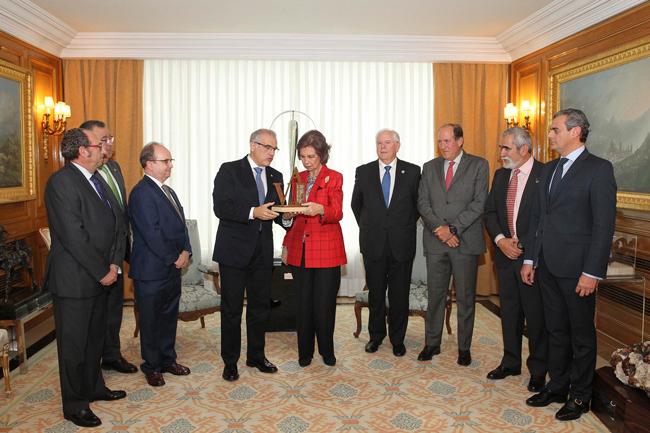 Doña Sofía recoge el premio Albéitar de mano de los veterinarios andaluces.