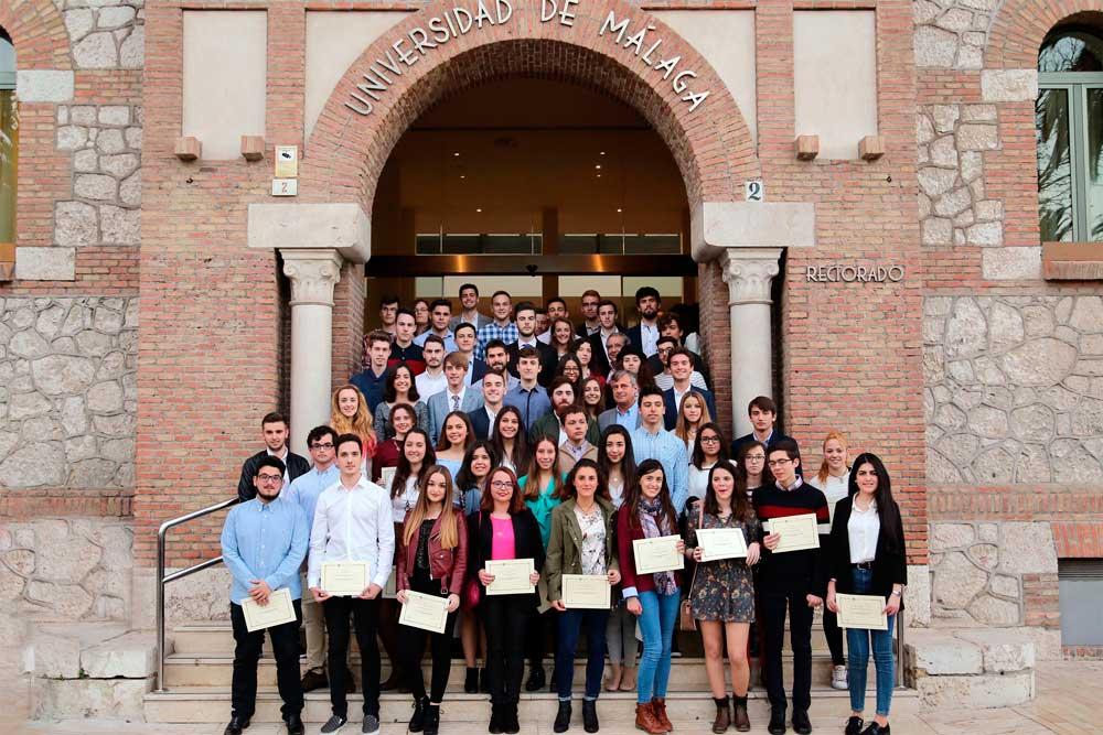Estudiantes de la UMA que han recibido una beca de inmersión lingüística.