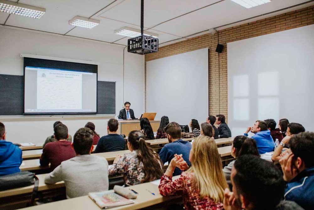 La formación financiera llega a los alumnos con estos cursos.