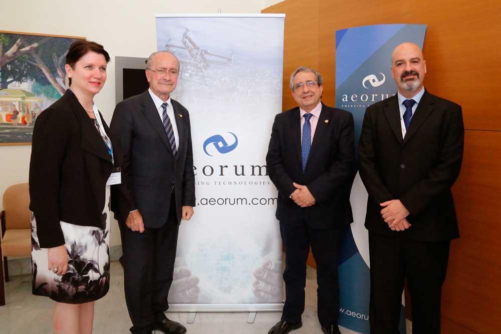 Autoridades en la clausura del encuentro sobre seguridad y drones de la UMA.
