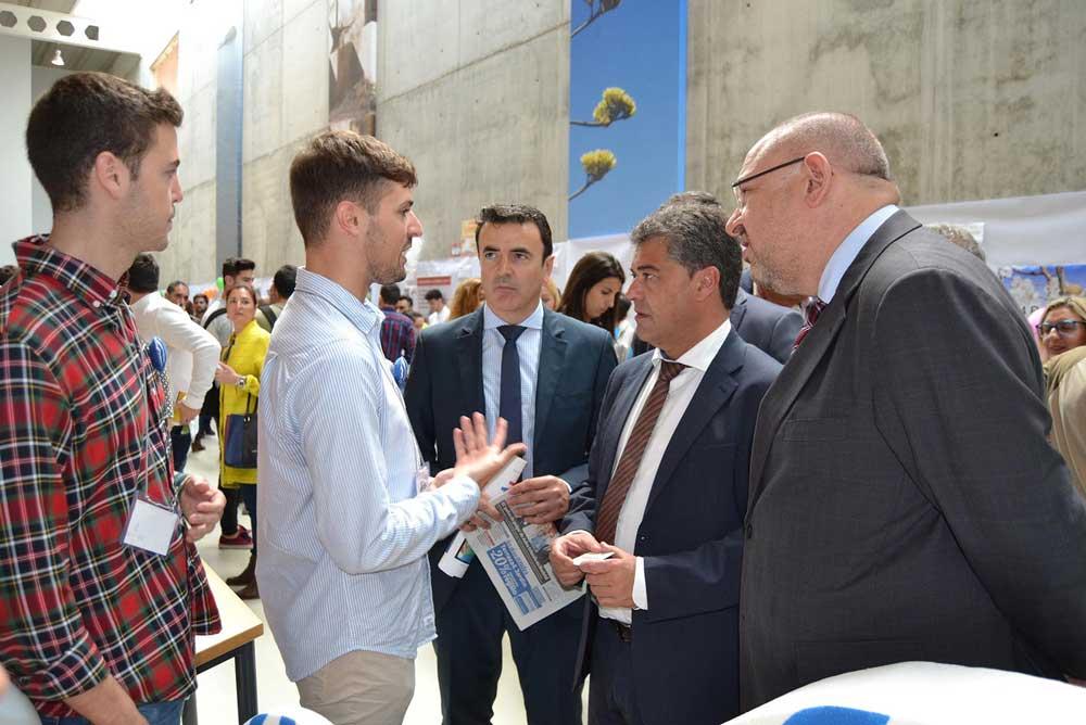 El rector de la UAL se interesa por el proyecto de unos jóvenes.