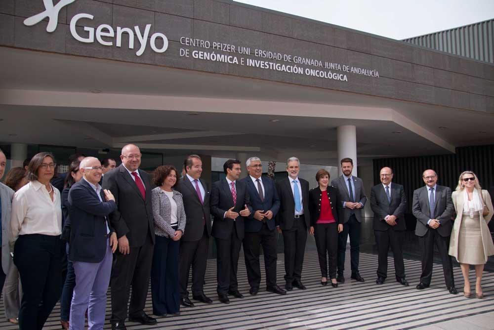 Representantes de la UGR, la Junta y Pfizer a las puertas de Genyo.