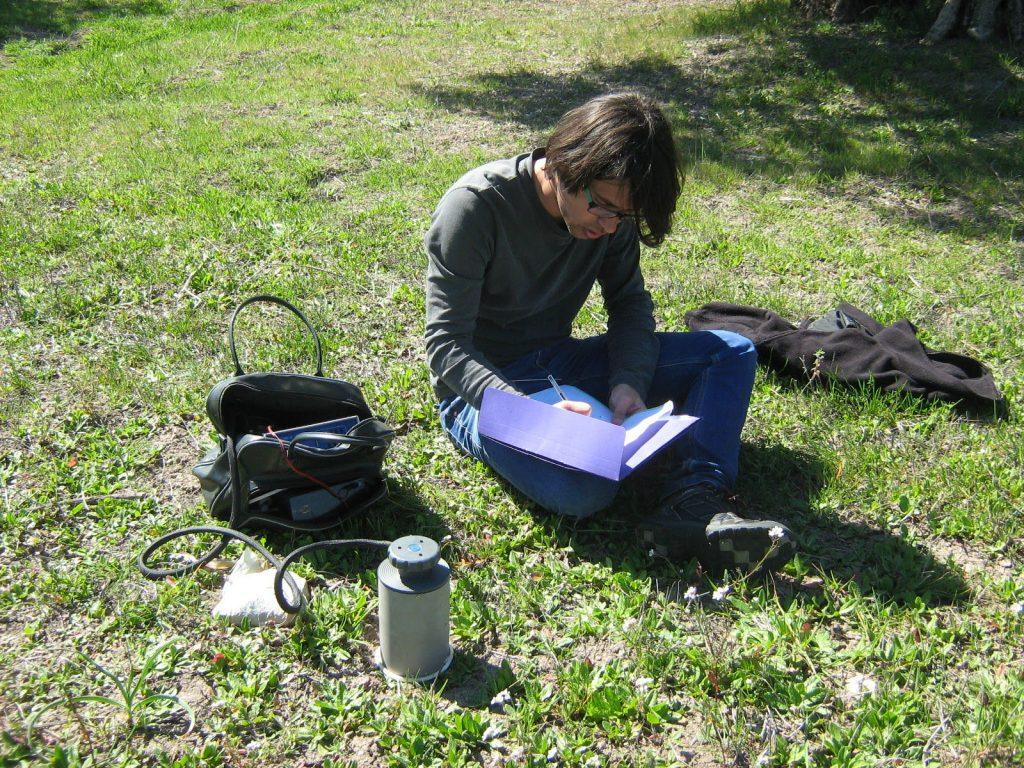 Investigador midiendo la respiración del suelo durante el experimento.
