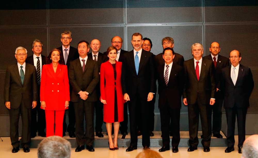 Diego Cazorla, segundo por la derecha, junto a las delegaciones española y japonesa.
