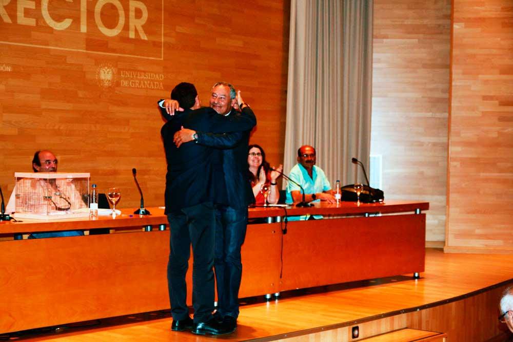 Juan Manuel Santiago y José María Cueto se fundieron en un abrazo tras conocer los resultados de las elecciones en Ingeniería de Edificación.