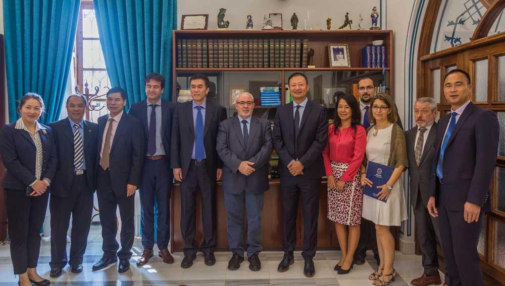 Encuentro entre las delegaciones de la universidad china y la UCAM.
