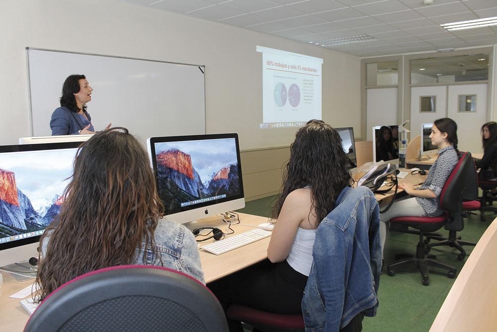 Aula de la Universidad de Jaén con ordenadores de última generación.
