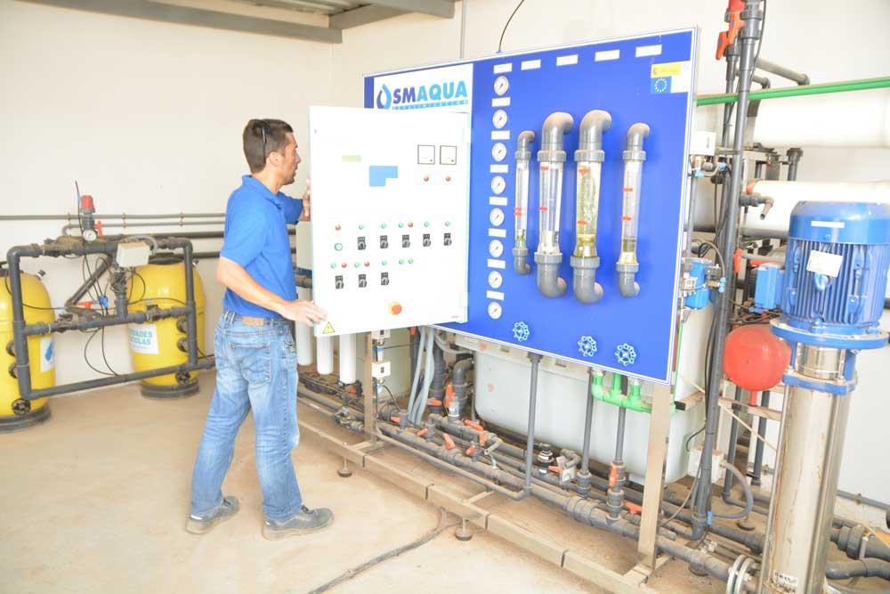 El ingeniero técnico Francisco Solano revisando la desalobradora de la Estación Tomás Ferro de la UPCT.