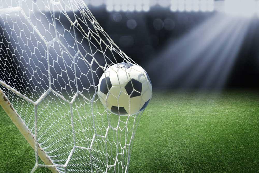 Una pelota de fútbol entra en la portería.
