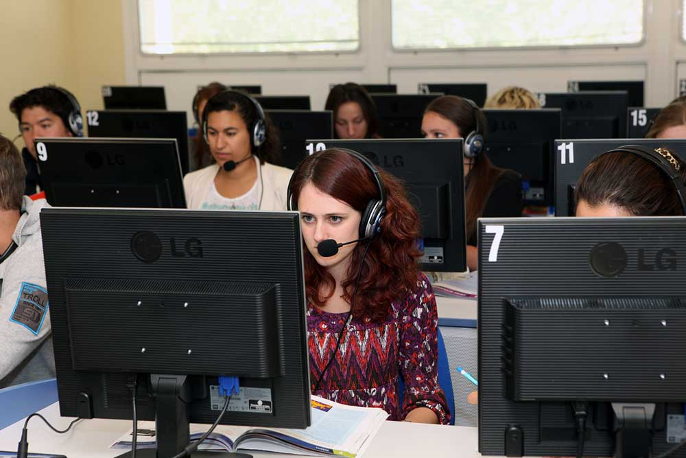 Estudiantes de la Universidad de Jaén frente a sus ordenadores.