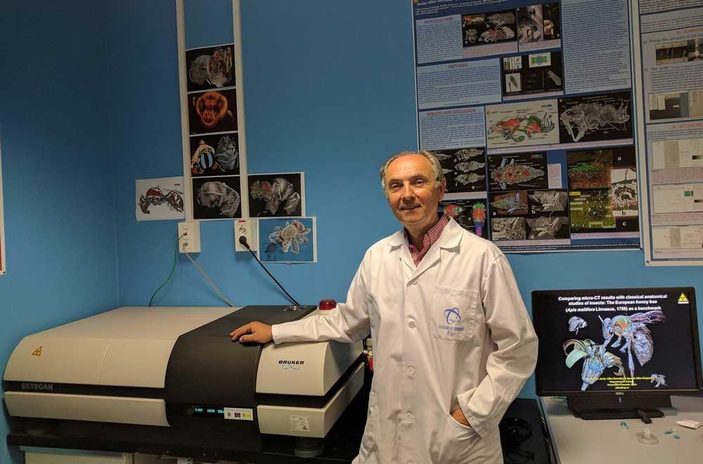 El catedrático Javier Alba-Tercedor junto al microtomógrafo Skyscan 1172 con el que trabaja.