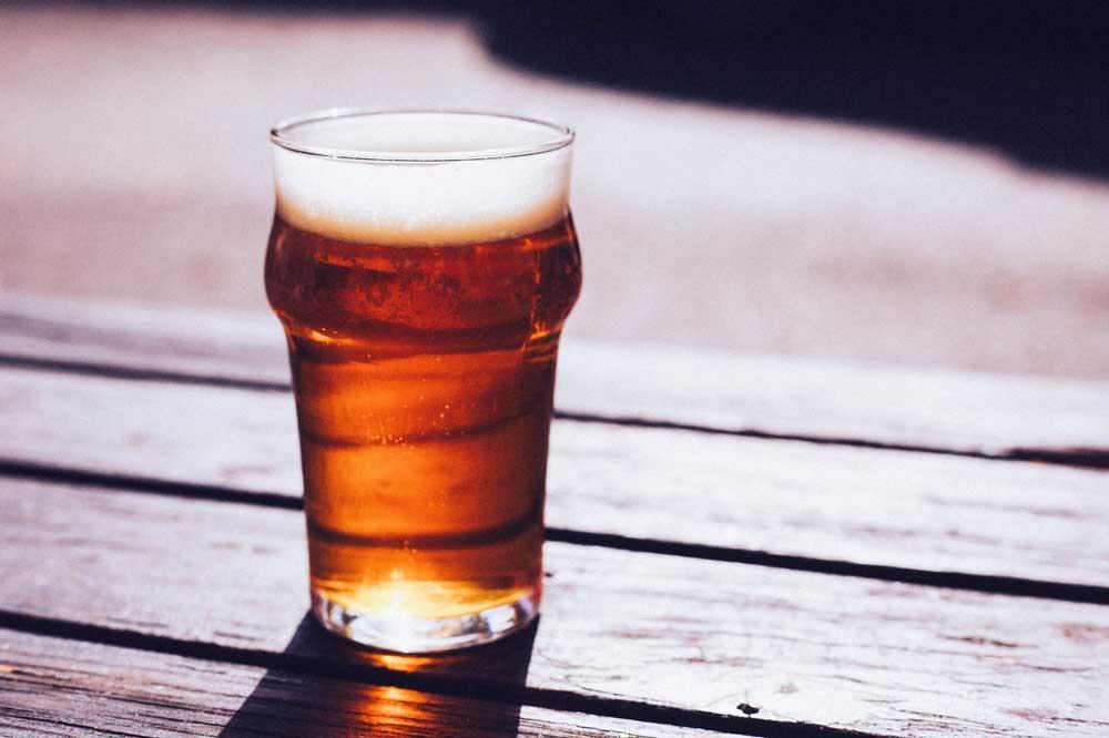 Un vaso con cerveza.