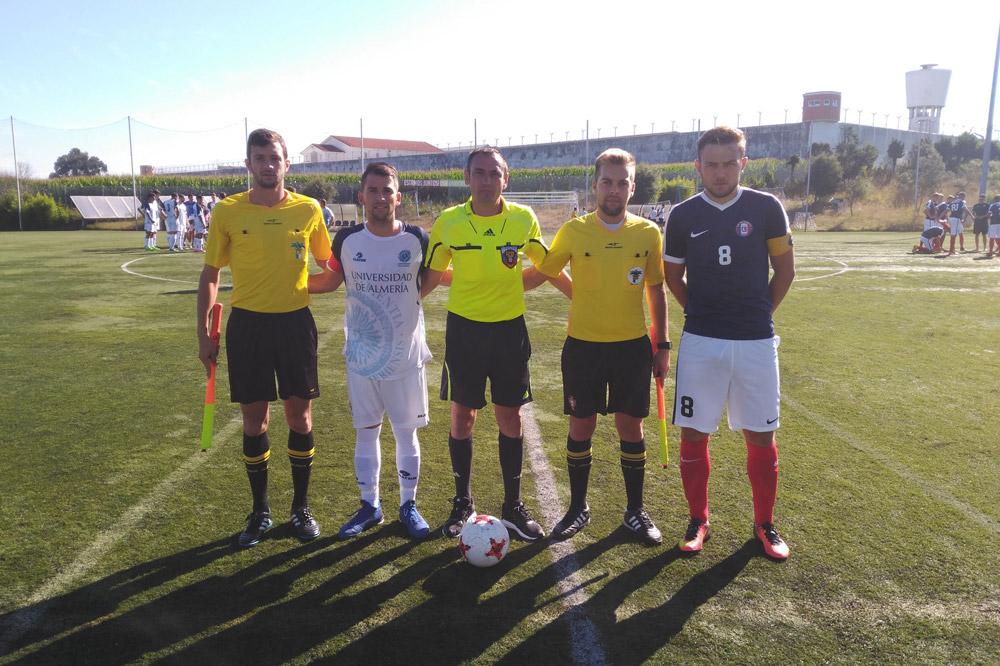 Los capitanes de la UAL y Lille junto al cuerpo arbitral en el europeo universitario de fútbol.
