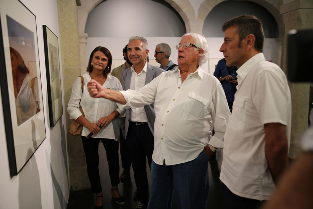 Carlos Pérez Siquier ha participado en la inauguración de la muestra junto al consejero de Cultura.