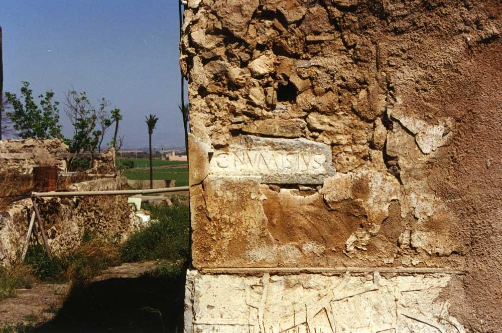 Imagen histórica del Monasterio de San Ginés de la Jara con la lápida romana.