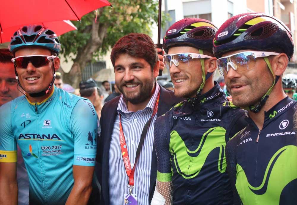 El presidente con los ciclistas murcianos.