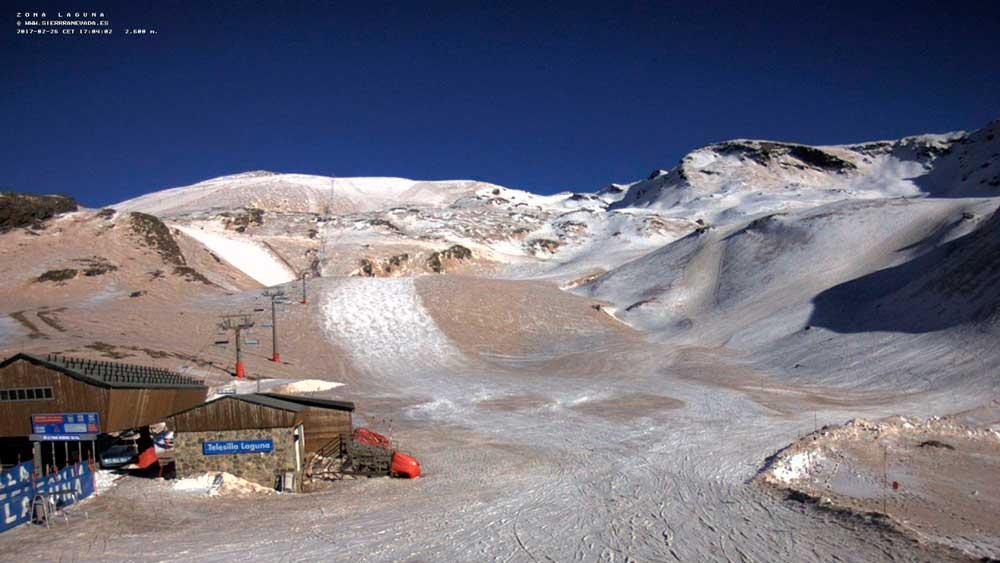 Las pistas de Sierra Nevada se tiñieron de marrón el pasado febrero.