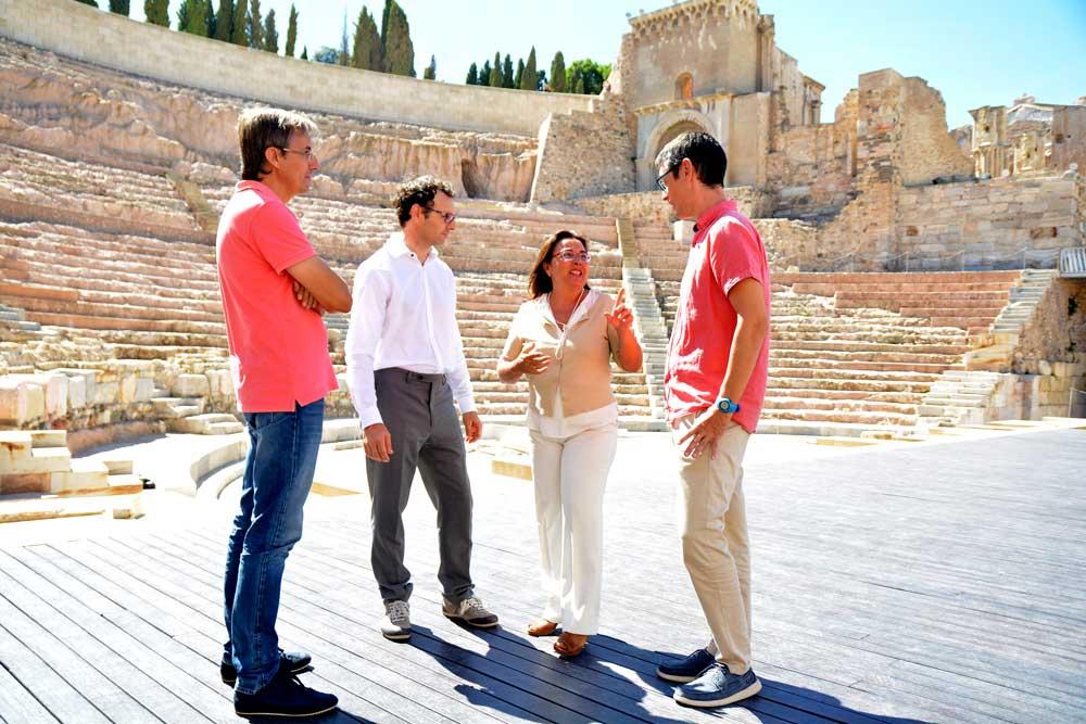 Investigadores del grupo AMBAR con la directora del Teatro Romano de Cartagena.