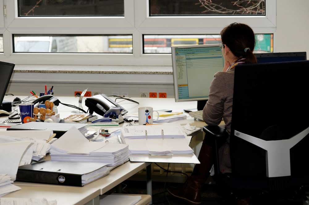 Una oficina plagada de papeles y archivos.