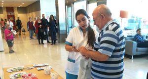 Mesa informativa en el Hospital Mediterráneo de Almería sobre cáncer colorrectal.