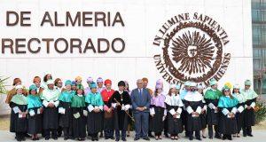 El rector de la UAL y los nuevos doctores junto al consejero de Economía y Conocimiento.