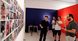 Miguel Trillo muestra varias de sus imágenes.
