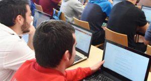 Estudiantes de la UMU usan el portátil en clase.