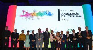 El consejero con los ganadores de los Premios Andalucía Turismo 2017.