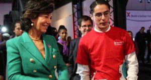 La presidenta de Banco Santander, Ana Botín, con un emprendedor durante la presentación de Santander X.