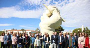 Foto de Familia hoy en la Universidad de Alicante junto a su famoso icono.