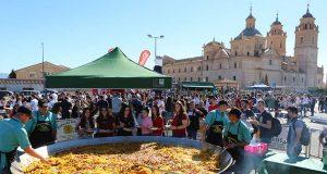 Mil raciones de paella para dar la bienvenida a los almunos de la UCAM con el Monasterio de los Jerónimos al fondo.