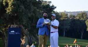 Sergio García recibe el trofeo del Valderrama Masters de manos del consejero de Turismo.